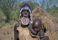 Mursi mother with child
